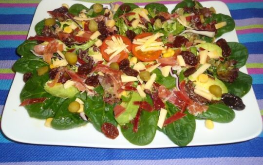 Spinach and avocado salad with shavings of ham and cheese