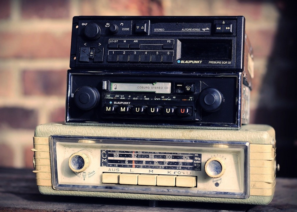 How can you listen to Radio208? 2